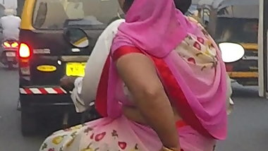 Desi aunty in a saree, boobs bounce on a bike
